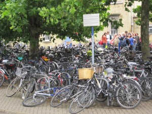 Bikes_outside_Cambridge_railway_station,_England_-_IMG_0607